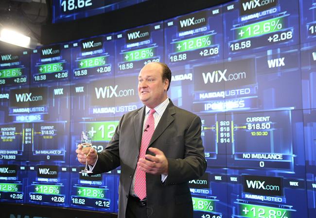 VP de NASDAQ OMX, David Wicks, accueille officiellement Wix et cède la scène au CEO de la compagnie, Avishai Abrahami