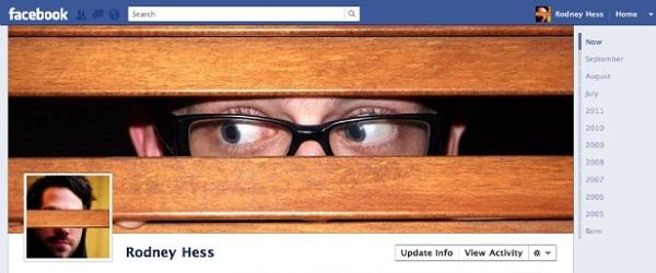 Photo de couverture Facebook d'une personne qui s'espionne elle-même à travers des planches de bois