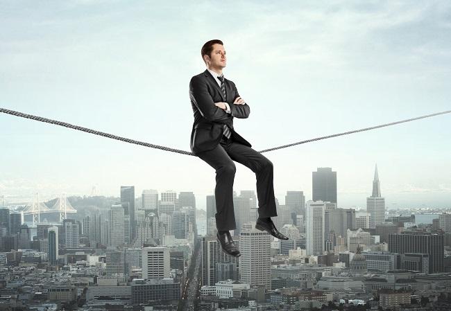 Homme d'affaires assis sur une corde