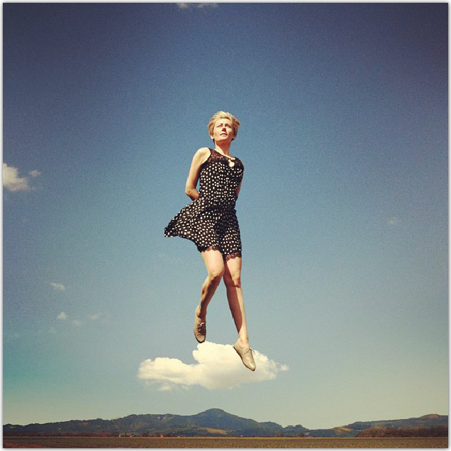 Illusion d'optique : personne qui se tient sur un nuage