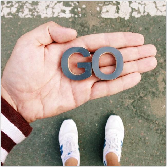 Pasha4dust tient dans une main les lettres GO