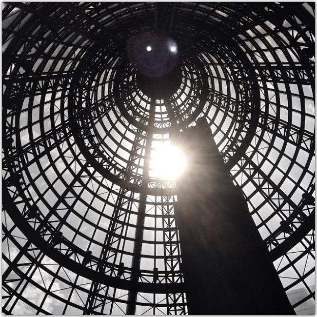 Photo d'une structure architecturale prise de l'intérieur en laissant passer les rayons de soleil.
