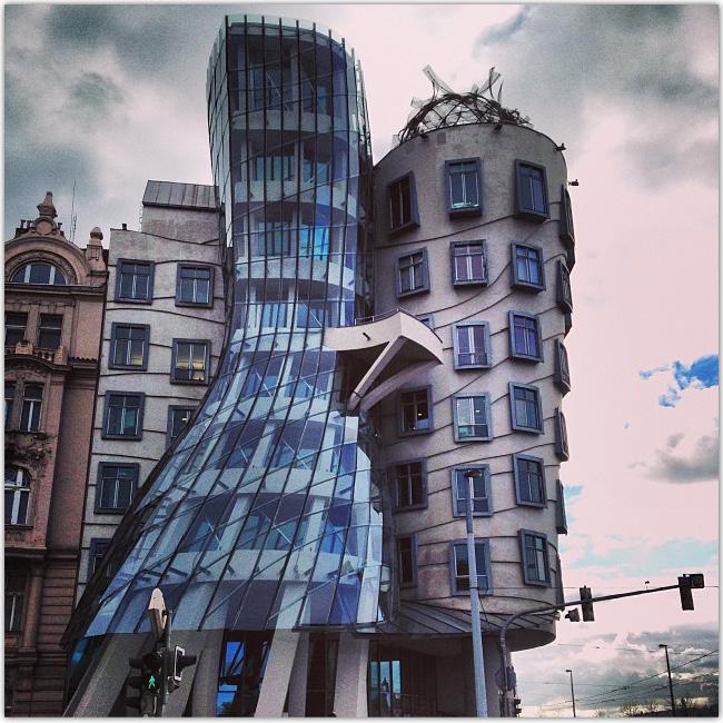 Photo d'un bâtiment original à Prague