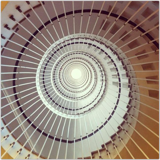 Photo prise d'en bas d'escalier en colimaçon