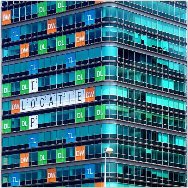 Photo d'un bâtiment décoré Scrabble