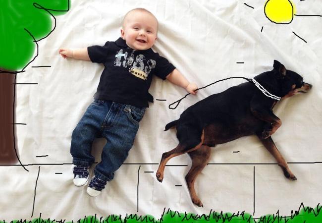 bébé qui tient un chien en laisse