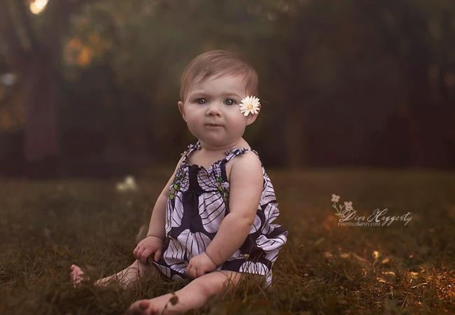bébé assis dans l'herbe - effet vintage