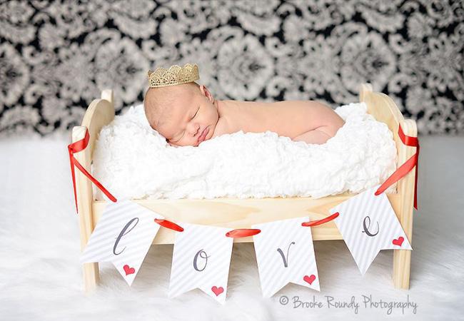 Bébé sur lit en bois