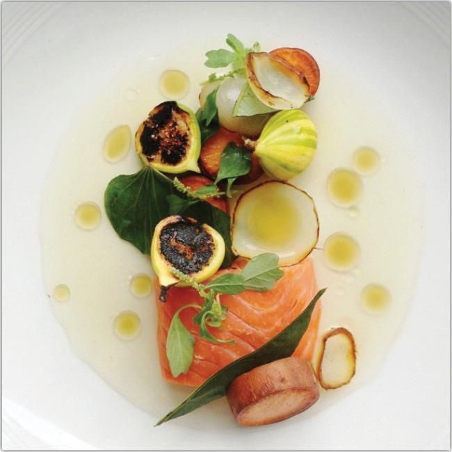 Photo d'une assiette au saumon fumé et aux figues
