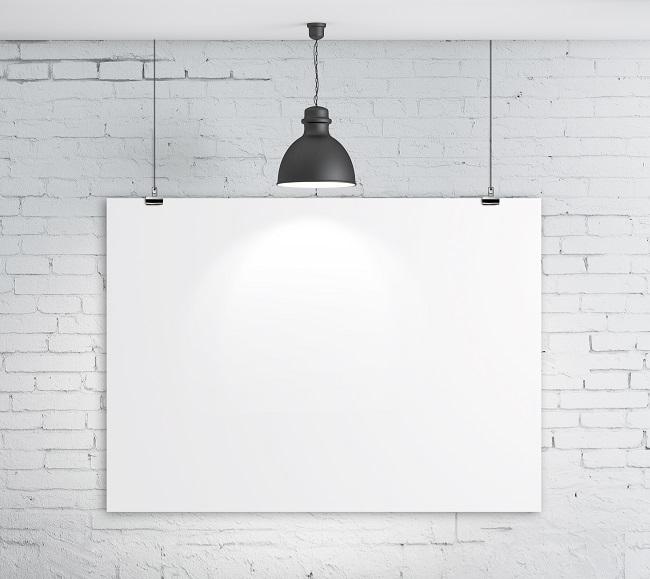Tableau blanc sous une lampe