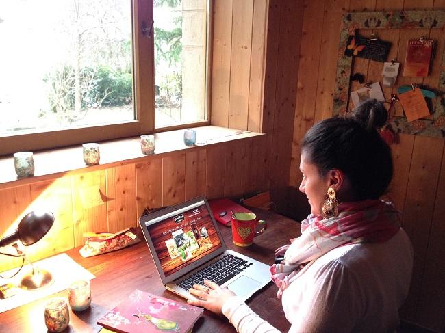 Photo de Laetitia qui travaille sur un site Wix.