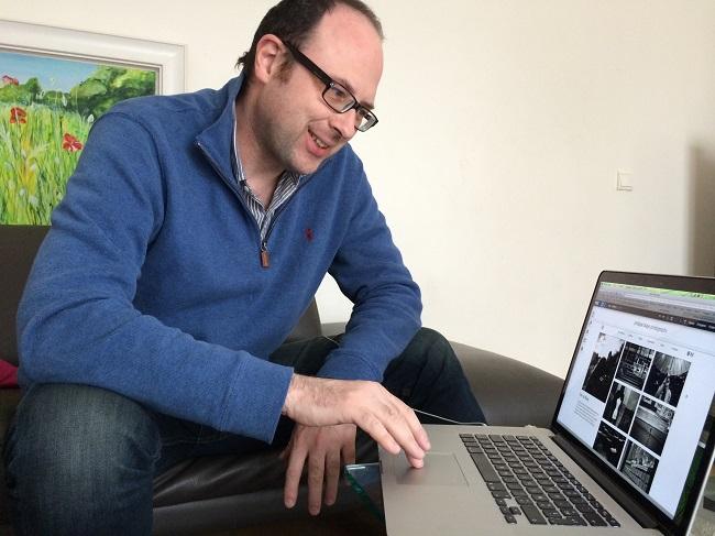 Philippe qui travaille sur son site Wix