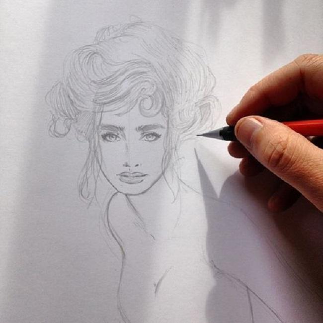 François Gomes qui travaille sur une illustration