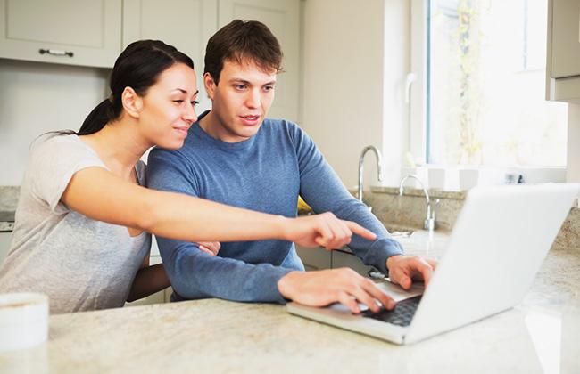 Couple qui travaille sur un ordinateur