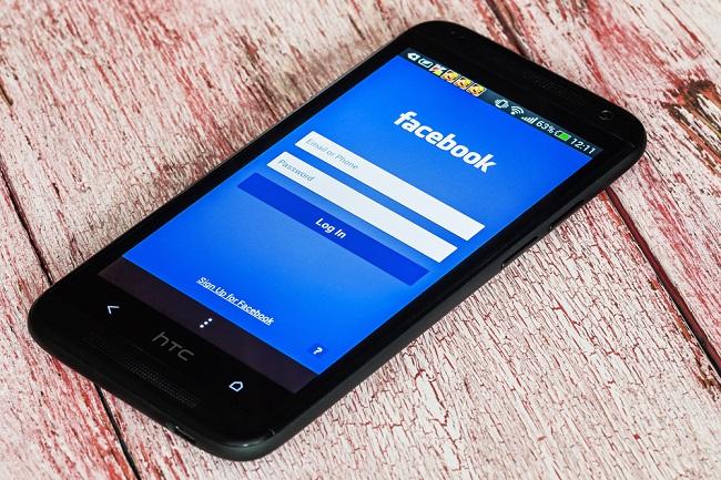 Smartphone ouvert sur le compte Facebook
