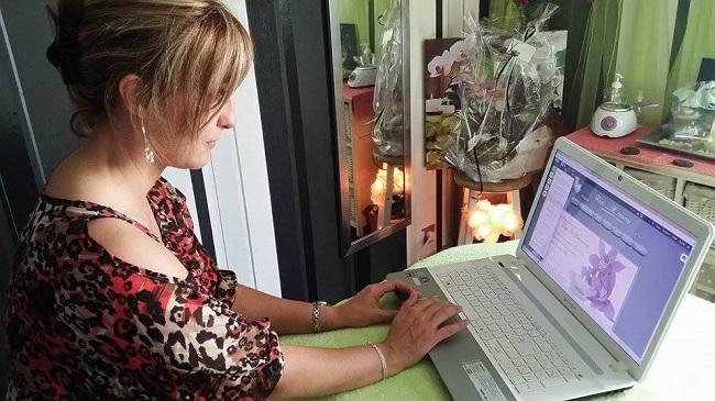 Isabelle travaille sur son site Wix