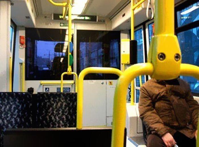 Poteau de bus devant un visage
