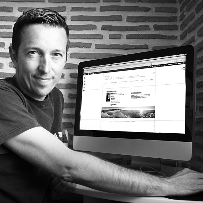 Lionel Perret travaille sur son ordinateur