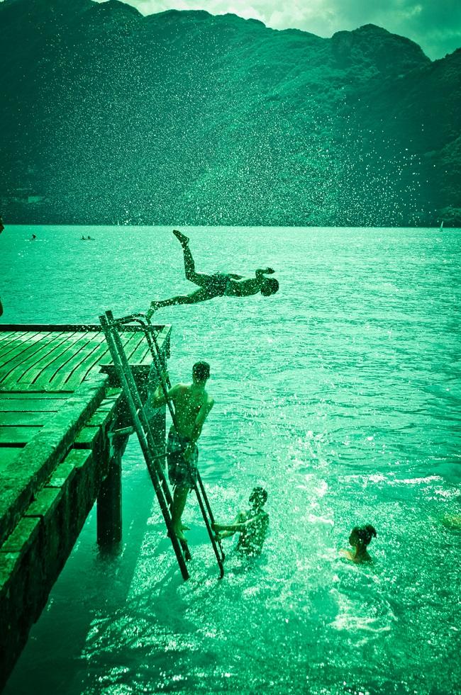 Photo de gens qui se jettent à l'eau par Lionel Perret