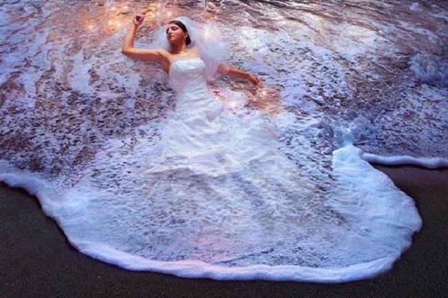 Robe de mariée qui se fond dans l'écume