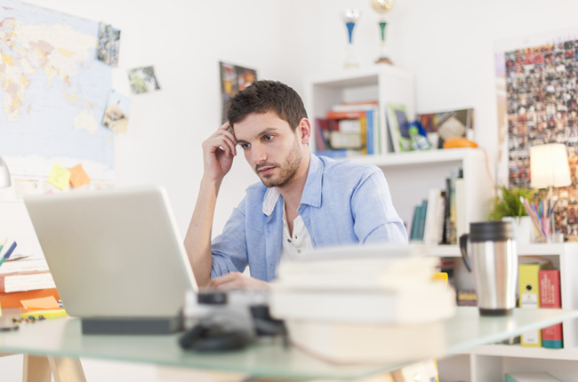 Homme qui regarde son ordinateur