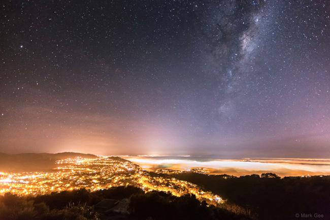 Milky Way Over the Light of Wellington, New Zealand par Mark Gee