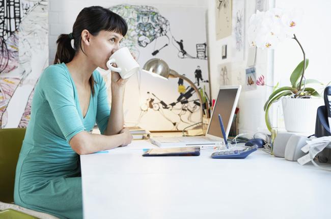 Femme assise devant son ordinateur