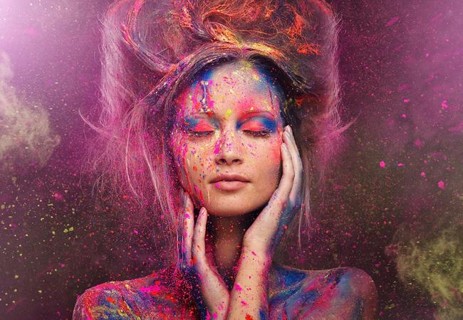 Femme éclaboussée de couleurs : image Bigstock