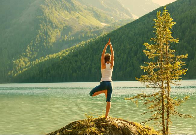 Yoga devant le lac : image Bigstock