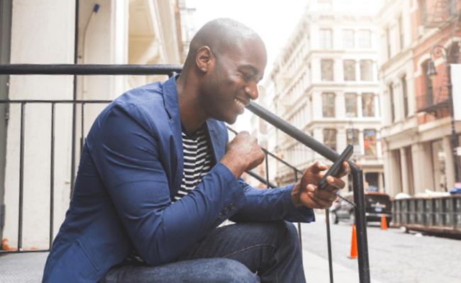 Homme utilisant son téléphone