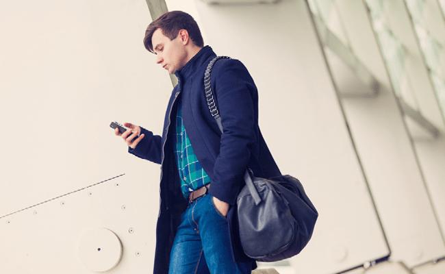 Passant qui regarde son smartphone