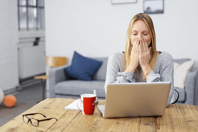 Femme ordinateur choquée