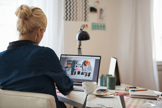 femme qui crée un superbe site internet sans connaissances en programmation ou en design