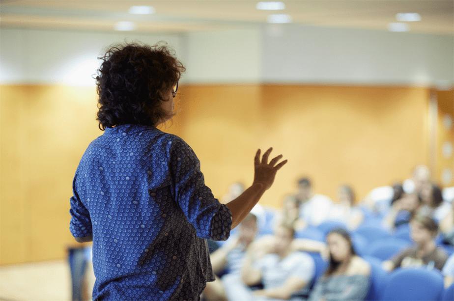 Femme faisant une présentation intéréssante