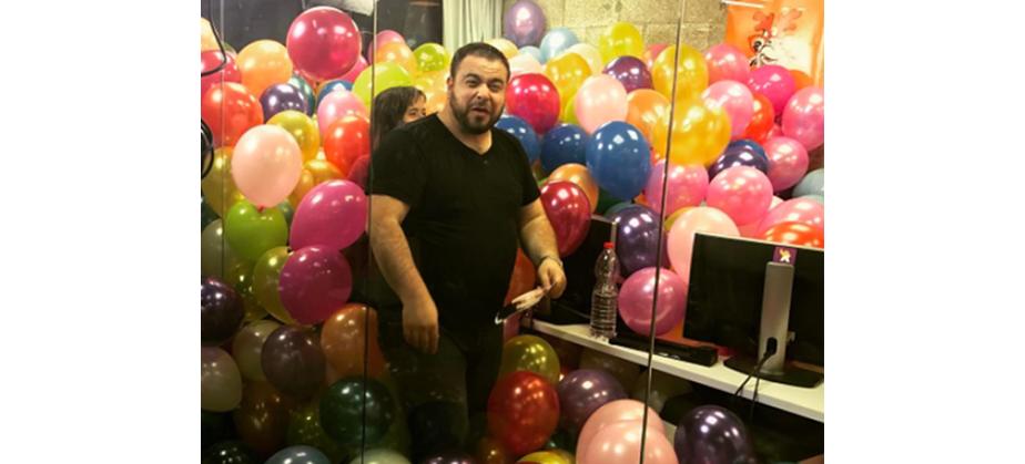 Pièce remplie de ballons
