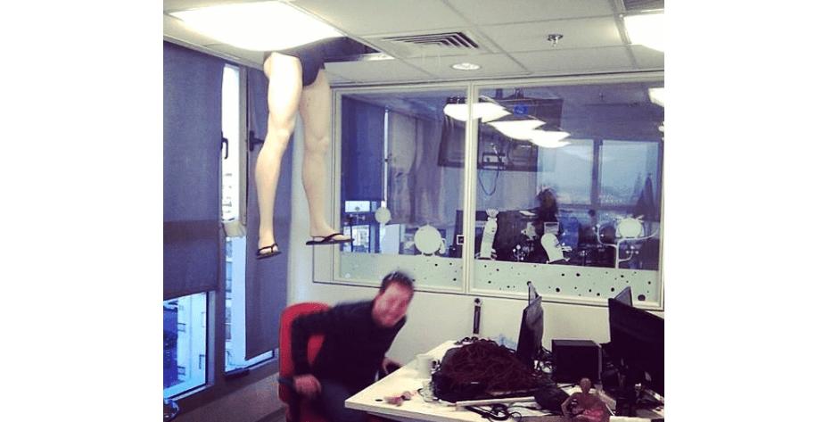 Blague de bureau - le mannequin qui tombe du plafond